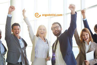 Χαρούμενο προσωπικό στον εργασιακό χώρο